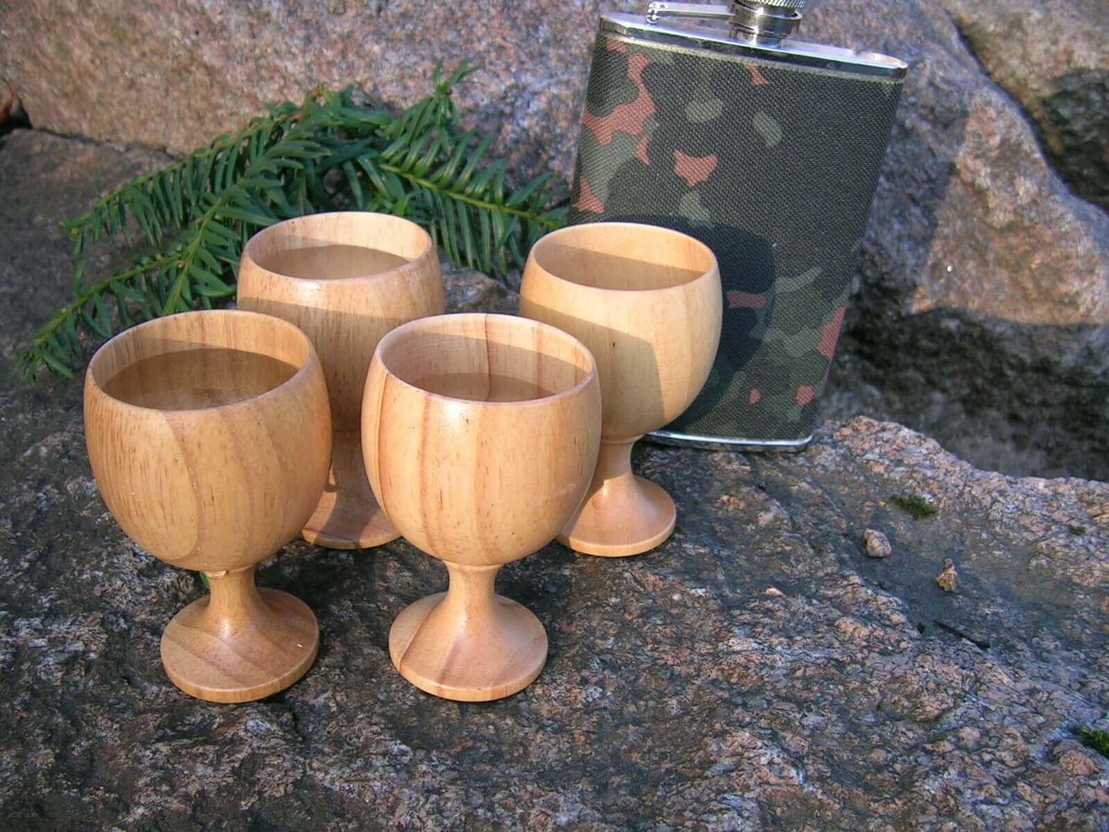 Bilde av 4 stk drammeglass i tre på stett