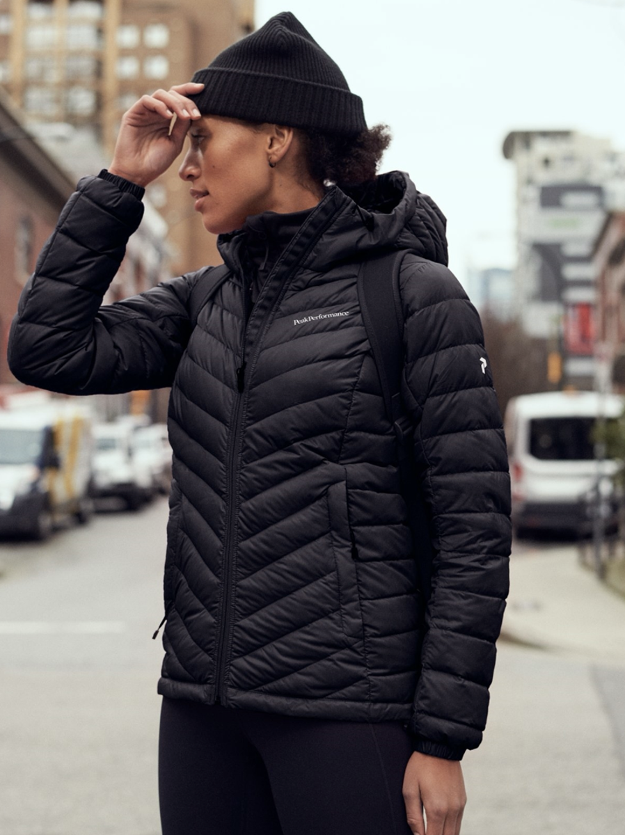 Bilde av Peak Performance  W Frost Down Hooded 050 Black