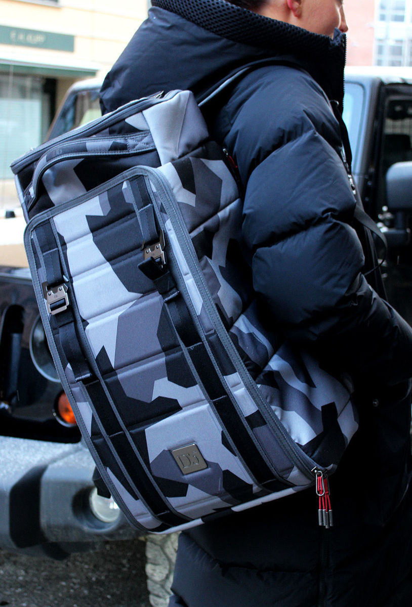 Bilde av Douchebags The Hugger 30 l - Jon Olsson Camo 136E19